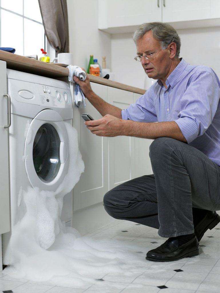 Протекает машинка, ремонт стиральной машины, когда течет снизу.
